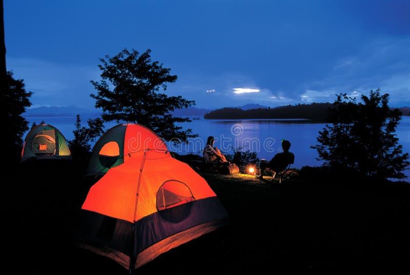 Tältplats bredvid sjön arkivbild