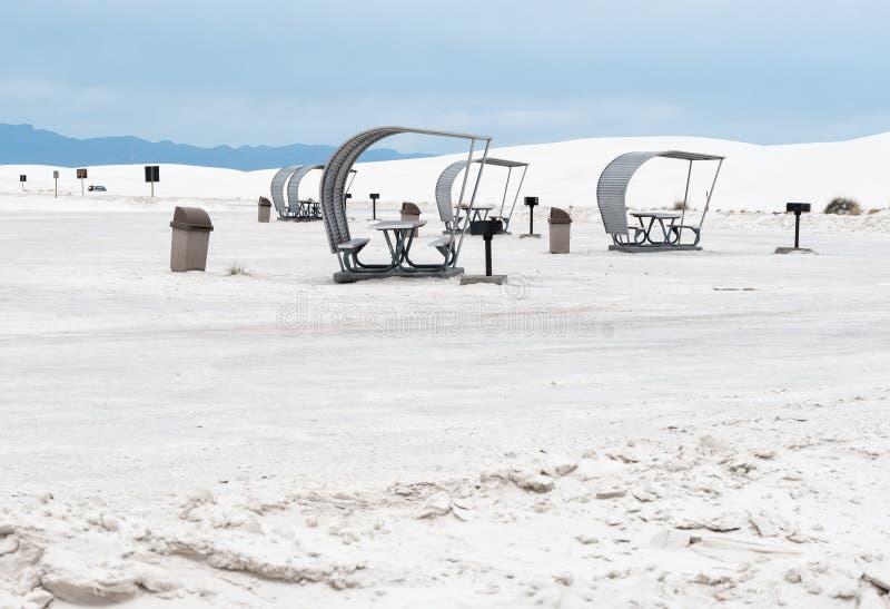 Tältplats och picknickområde, vita sander arkivfoton