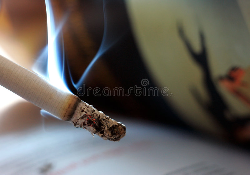 tänd cigarett arkivfoton
