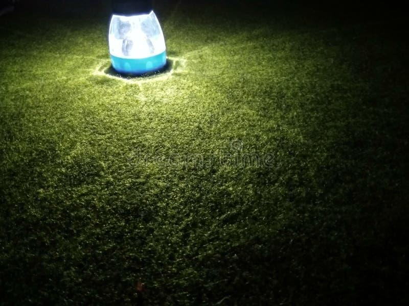 Tänd en ficklampa på ett mörker arkivbilder