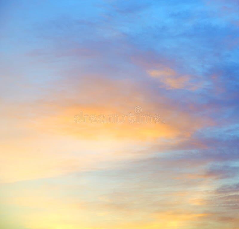 tänd i de vita mjuka molnen för blå himmel och göra sammandrag backgroun royaltyfri bild