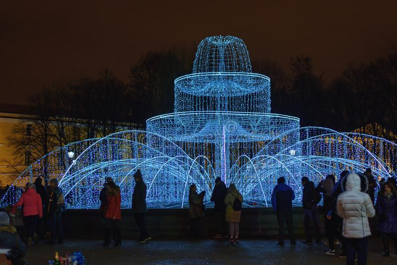 Tänd springbrunn nära Amiralitetetet i natt petersburg saint Ryssland royaltyfri bild