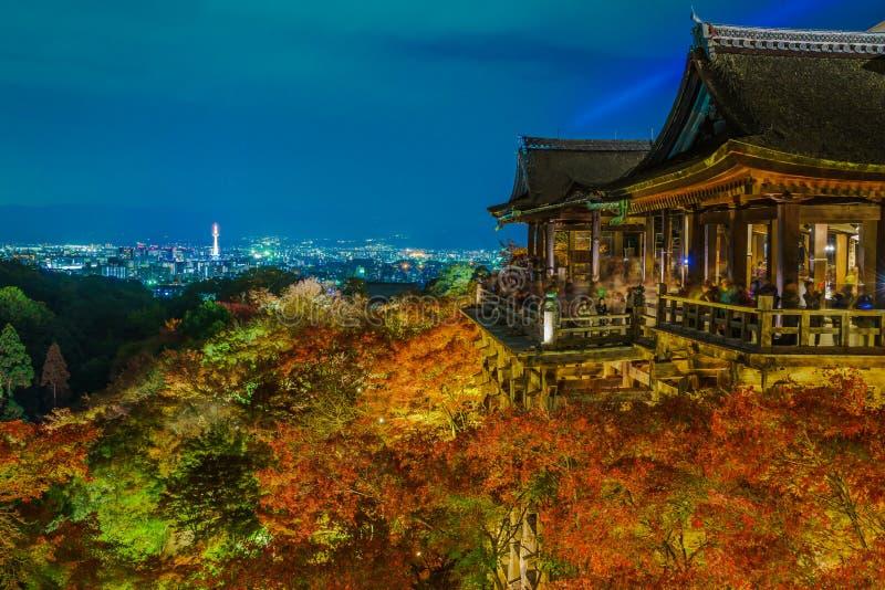 tänd upp laser-showen på härlig arkitektur i Kiyomizu-dera T fotografering för bildbyråer