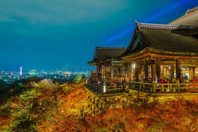 tänd upp laser-showen på härlig arkitektur i Kiyomizu-dera T arkivfoto