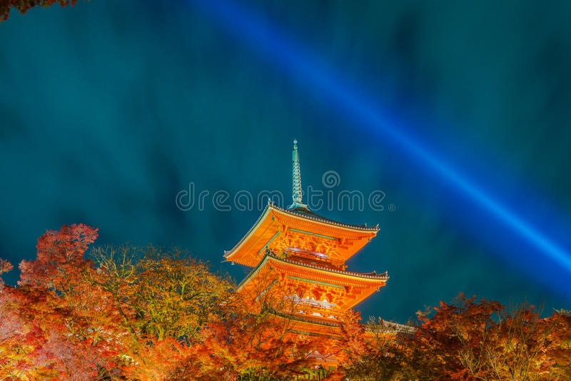 tänd upp laser-showen på härlig arkitektur i Kiyomizu-dera T royaltyfri bild