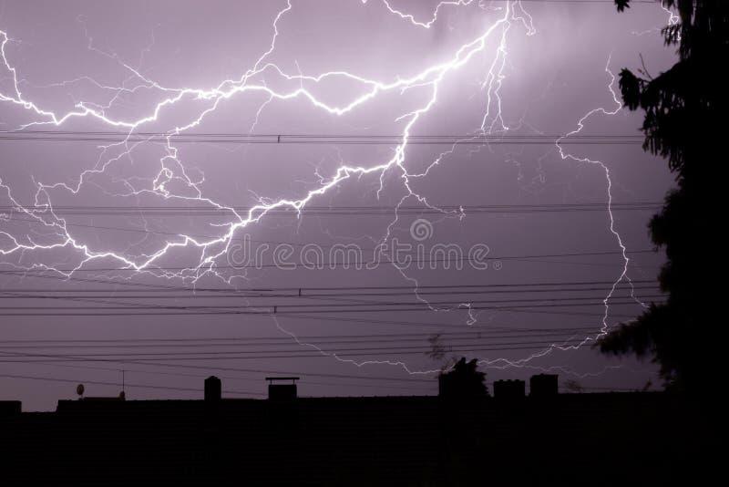 Tända över stad, åskväder, elektricitet royaltyfria bilder