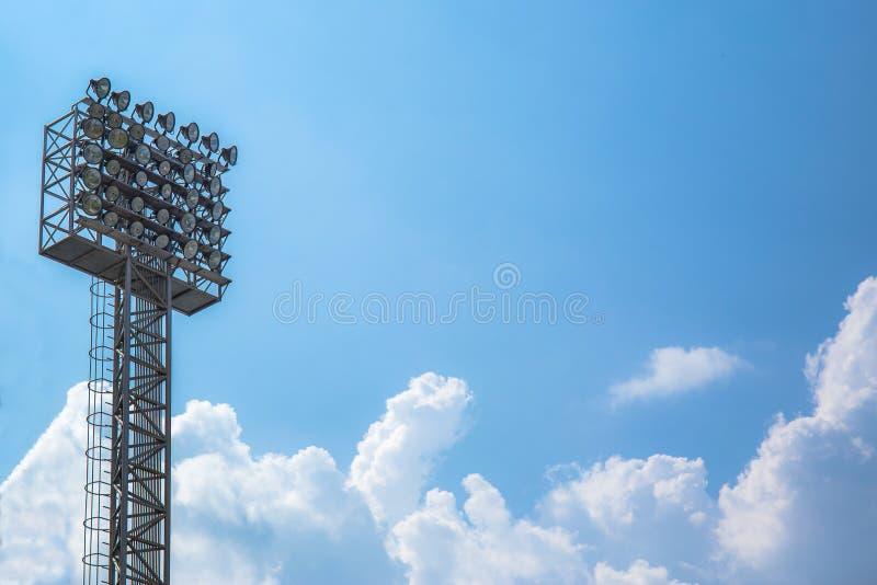 Tända eller strålkastaretorn av stadion på himmel och molnet royaltyfria foton