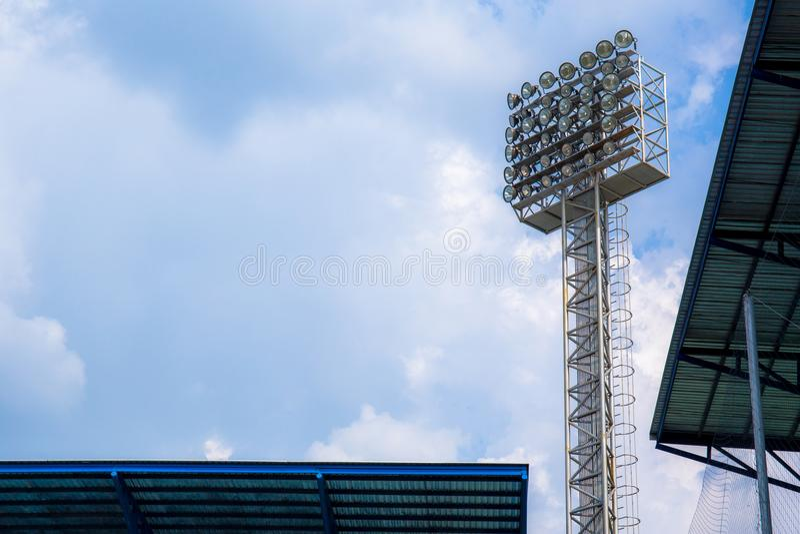 Tända eller strålkastaretorn av stadion på himmel och molnet royaltyfri fotografi