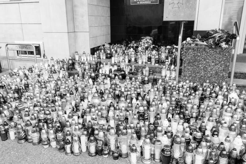 Tända stearinljus på stadshuset av Gdansk efter död Pawel Adamowicz Foto i svartvita färger royaltyfri bild