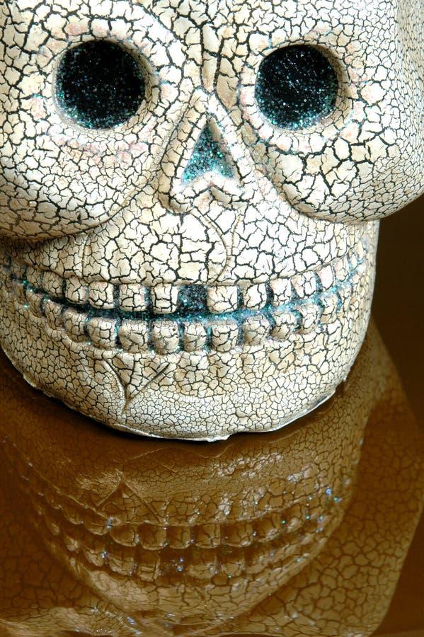 tänder för halloween reflexionsskalle arkivfoton