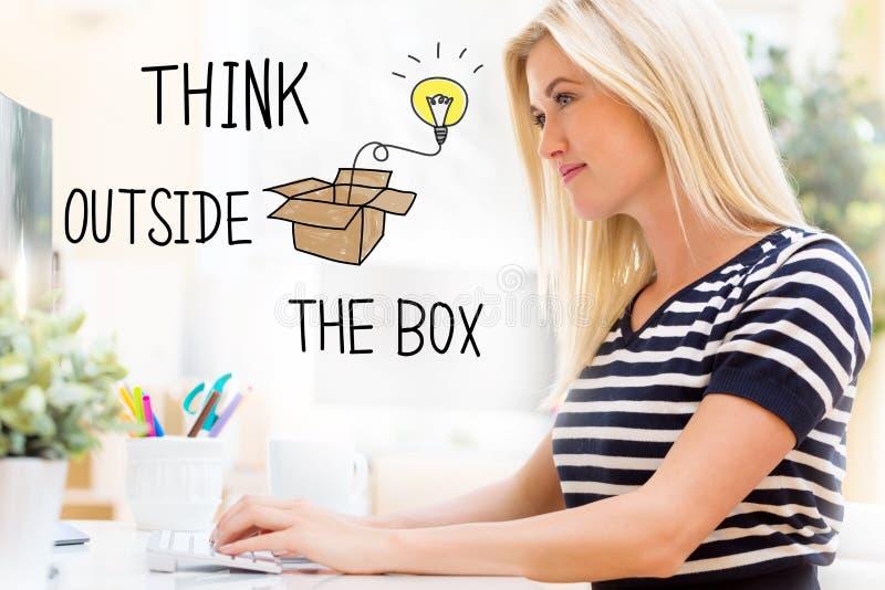 Tänk utanför asken med den lyckliga unga kvinnan som är främst av datoren royaltyfria bilder