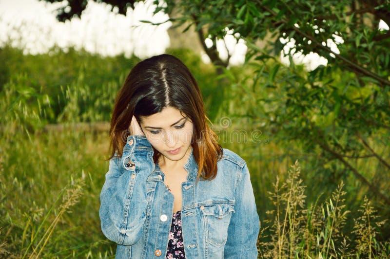 tänka för flickastående fotografering för bildbyråer