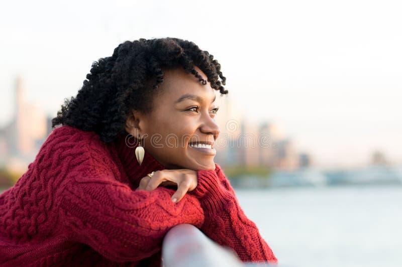 Tänka för kvinna som är utomhus- royaltyfria foton