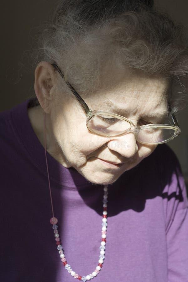 Download Tänka för mormor arkivfoto. Bild av tänka, farmor, pensionär - 523464