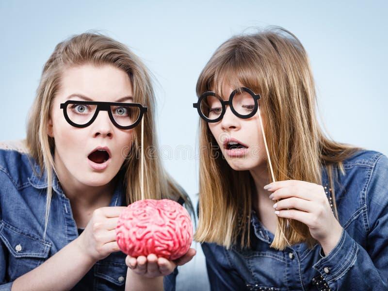 Tänka för två galet kvinnavänner arkivfoton
