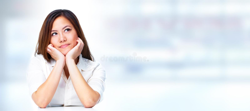 Tänkande affärskvinna royaltyfria bilder