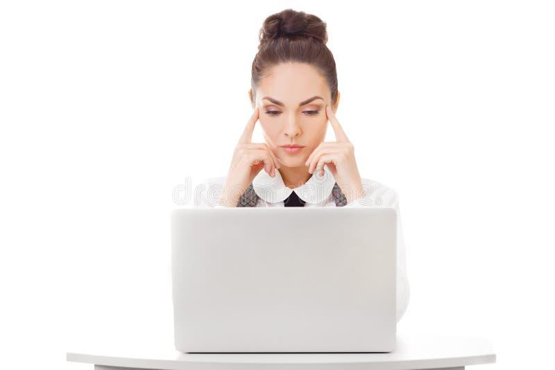 Tänkande affärskvinna med bärbara datorn royaltyfri bild
