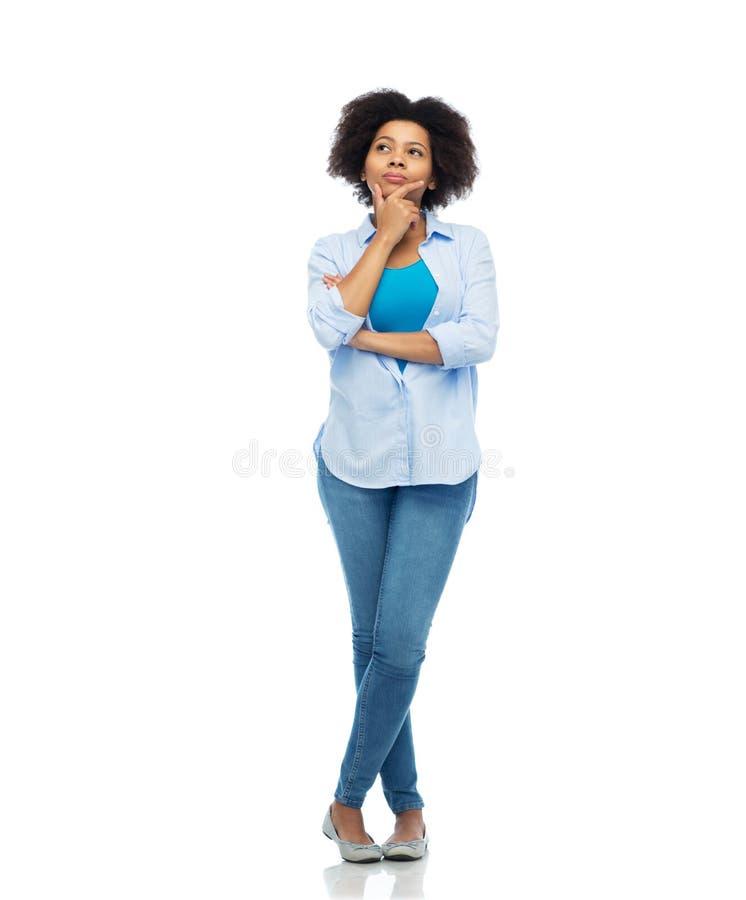 Tänkande afro amerikansk ung kvinna över vit fotografering för bildbyråer