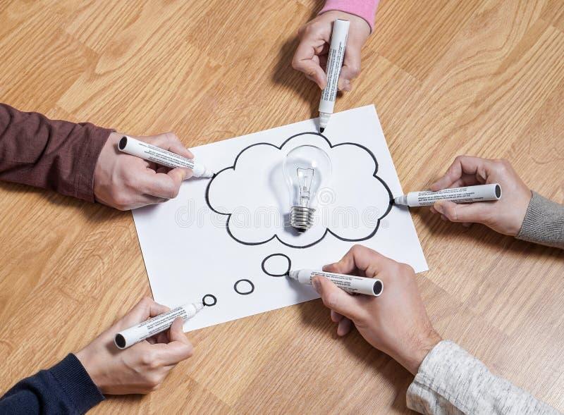 Tänkande anförandebubblaballong med den ljusa kulan arkivbild