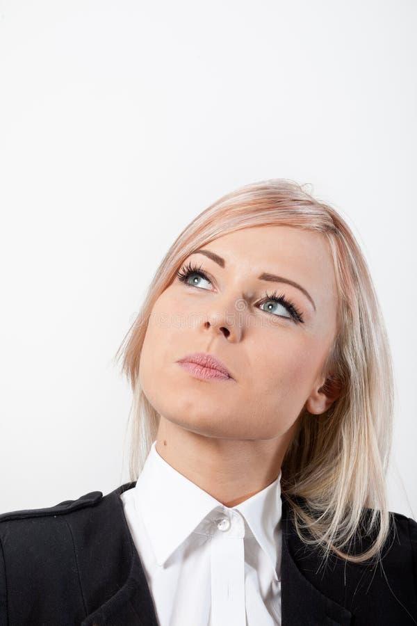 Tänkande blondin för kvinna med härliga blåa ögon fotografering för bildbyråer