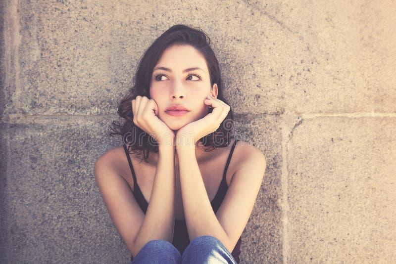 Tänkande caucasian kvinna med långt mörkt hår- och kopieringsutrymme royaltyfri fotografi