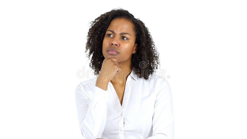 Tänkande eftertänksam svart kvinna, vit bakgrund fotografering för bildbyråer