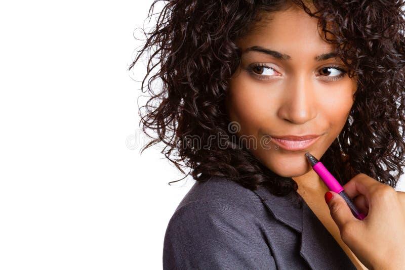 Tänkande hållande penna för kvinna arkivfoto
