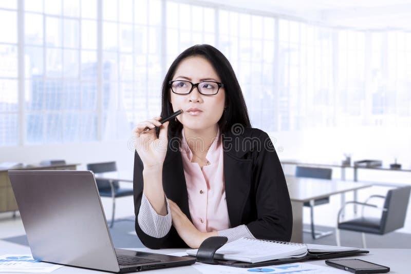 Tänkande idé för kvinnlig entreprenör royaltyfria foton