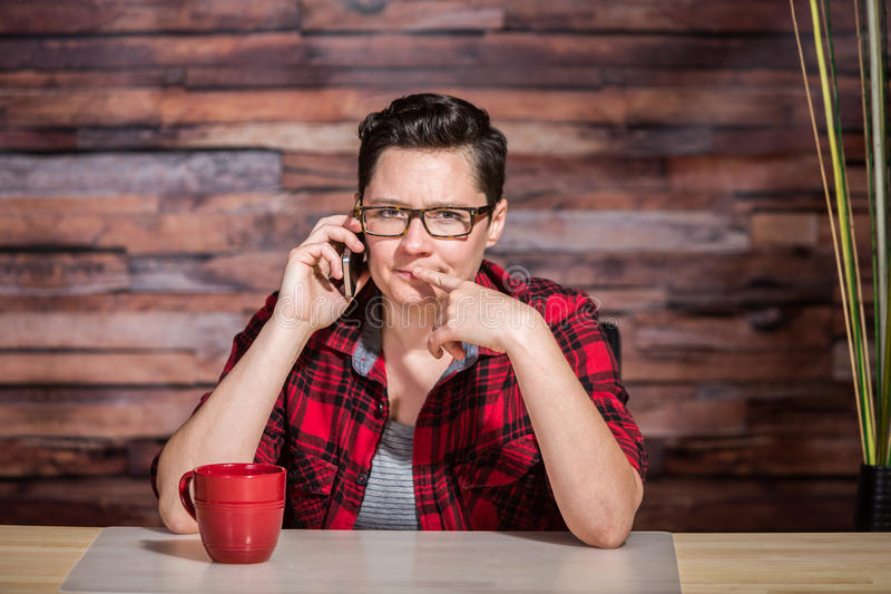 Tänkande kontorsarbetare på telefonen fotografering för bildbyråer