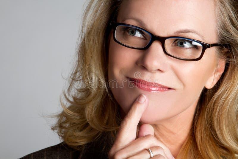 tänkande kvinna för affär arkivfoto