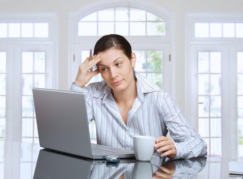 tänkande kvinna för bärbar dator royaltyfri bild