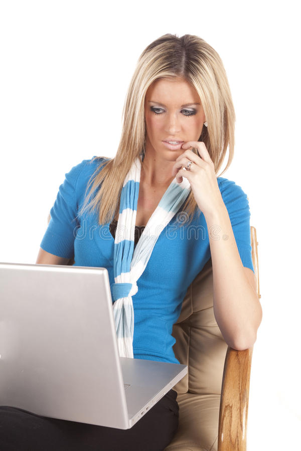 tänkande kvinna för blå dator royaltyfri fotografi