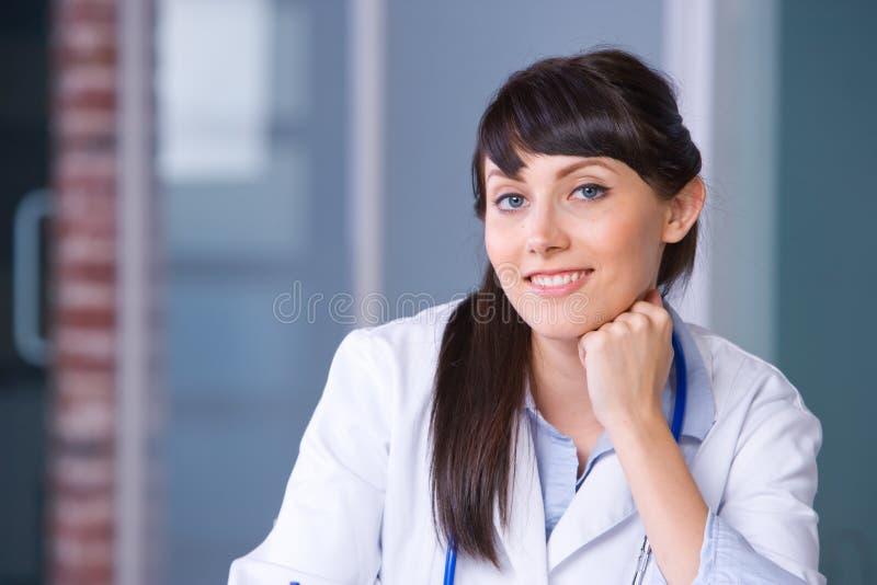 tänkande kvinna för doktor fotografering för bildbyråer