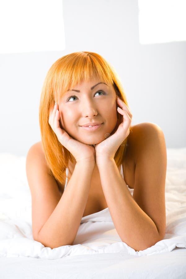 tänkande kvinna för underlag royaltyfria bilder