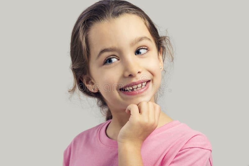 Tänkande liten flicka royaltyfri bild