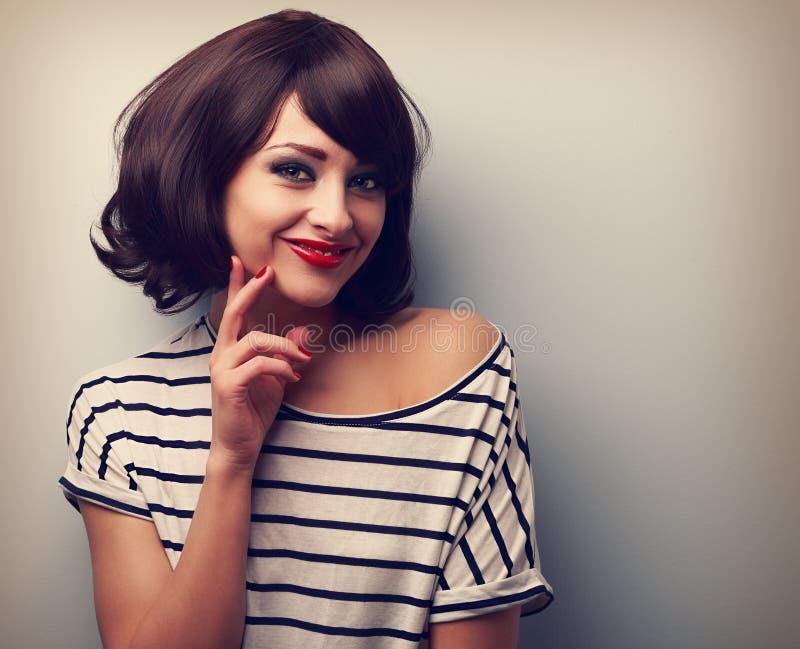 Tänkande lycklig ung kvinna med kort hår svart white för bildståendetappning arkivbilder