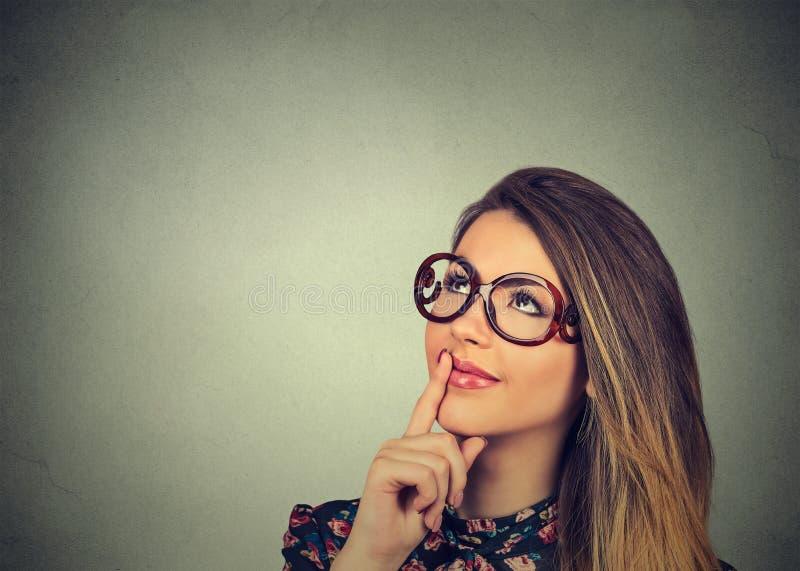 Tänkande se för lycklig kvinna upp arkivfoton