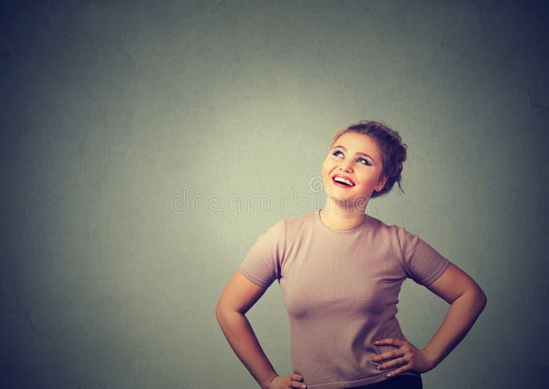 Tänkande se för lycklig kvinna upp royaltyfri bild