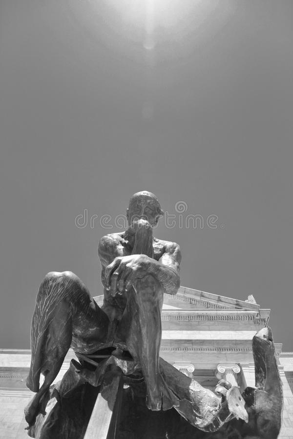 Tänkare för Rodin ` s framme av Cleveland Museum av konst arkivbilder