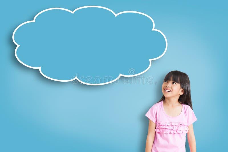 Tänker den asiatiska liten flicka för leendet med tomt bubblan royaltyfri fotografi