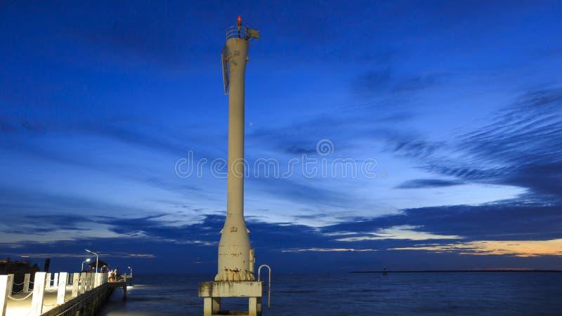 Tänt fyr eller ledande ljus med solnedgångar och moln på smällpu-sjösidan, Samutprakarn, Thailand royaltyfri fotografi
