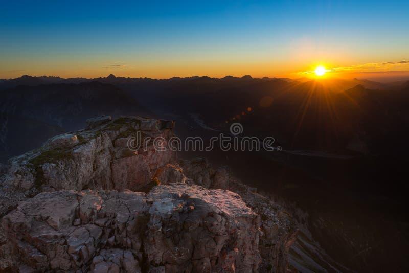 Tänt vaggar av solnedgångsolen arkivbilder