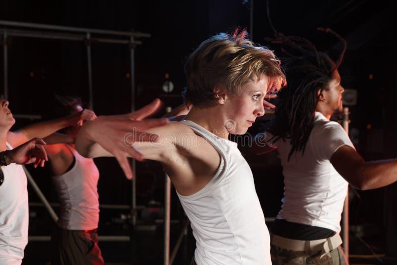 Tänzer auf Stufe lizenzfreie stockfotografie