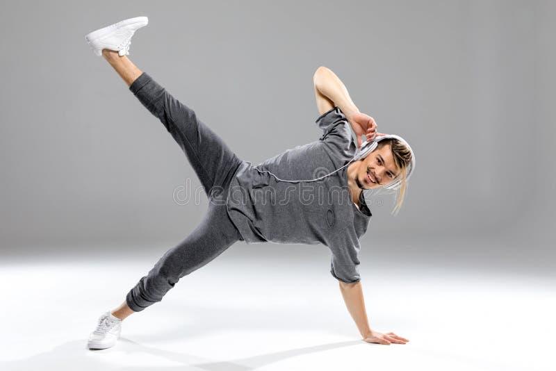 Tänzer bei der Kopfhöreraufstellung lizenzfreie stockfotografie