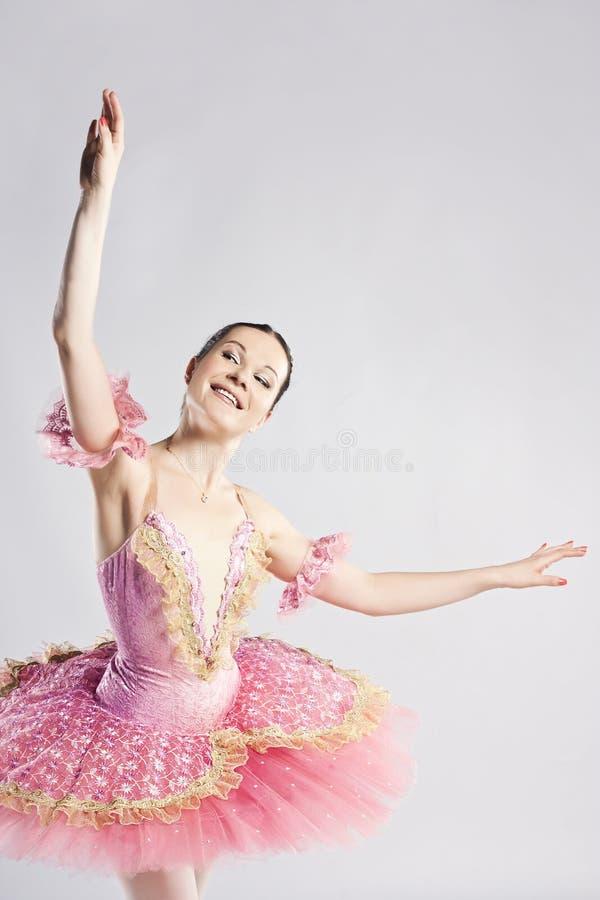 Tänzer, der auf Studio aufwirft. Hübsche Ballerina lizenzfreie stockfotos