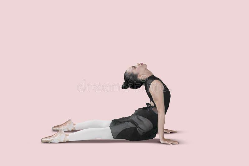 Tänzer der jungen Frau, der eine Ausdehnung tut stockbild