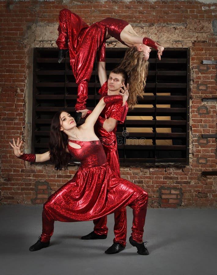 Tänzer in der Tätigkeit gegen Backsteinmauer stockbilder