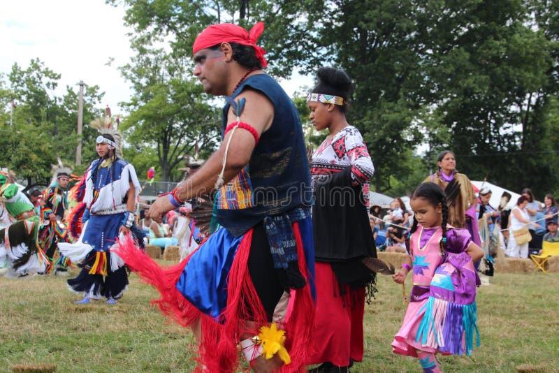 Tänzer des amerikanischen Ureinwohners an Kriegsgefangen-wow stockbilder