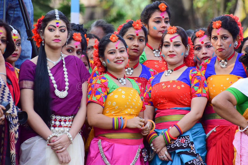 Tänzer des jungen Mädchens, die warten, um Festival Holi (Frühling) in Kolkata durchzuführen lizenzfreie stockfotos