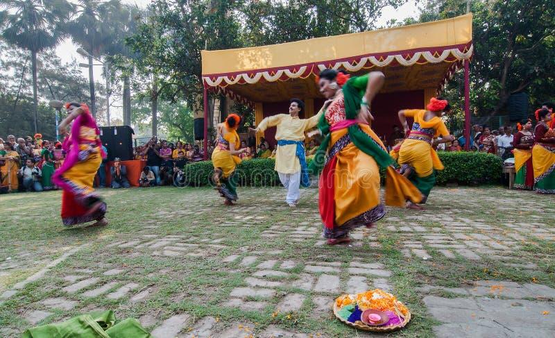 Tänzer, die in Holi-Feier, Indien durchführen lizenzfreies stockfoto